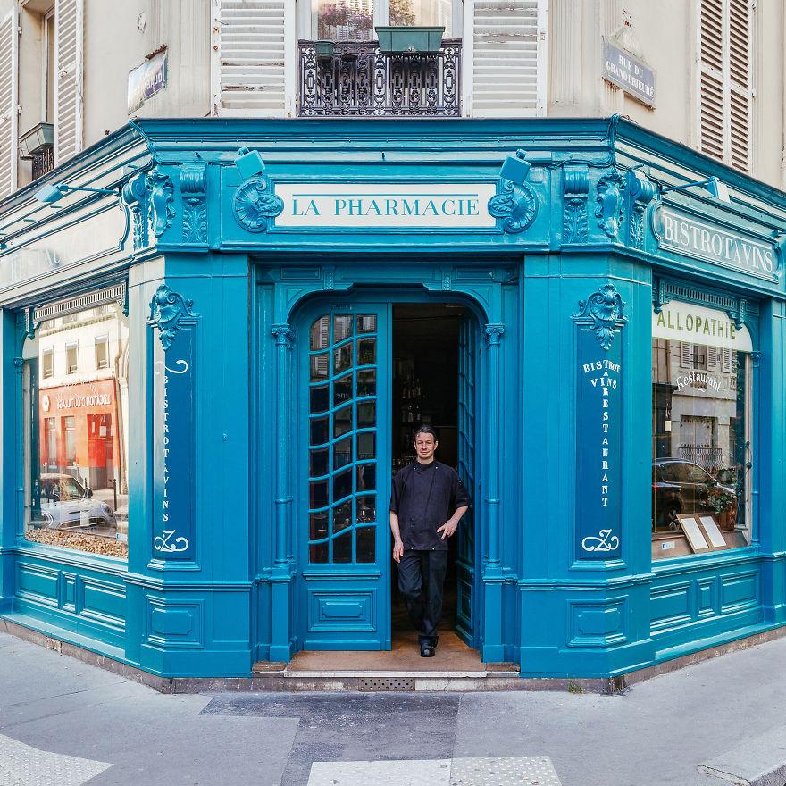 3. Шеф-повар Кристоф Дюпре перед входом в свой ресторан.