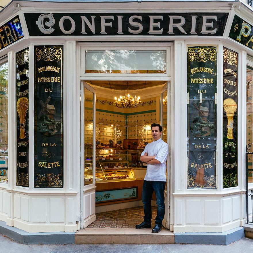 5. Борис Люмье с гордостью стоит в входа в свою прекрасную хлебопекарню и кондитерскую.