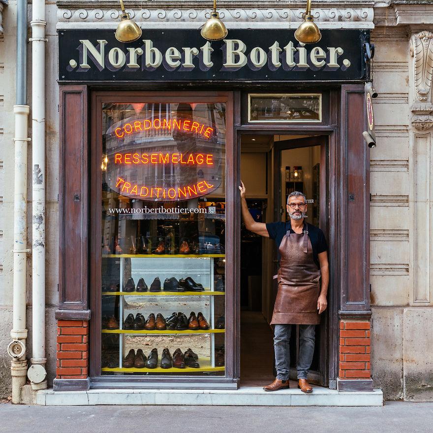 7. Норберт Гордо в дверях своего обувного магазина.