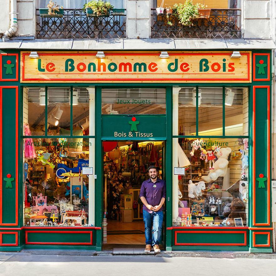 8. Янн Бихаунд ждет детей в свой магазин ирушек.