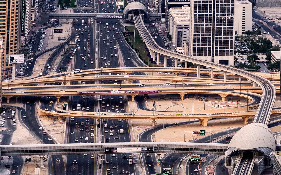 5. Вид с высоты на дорожный трафик города.