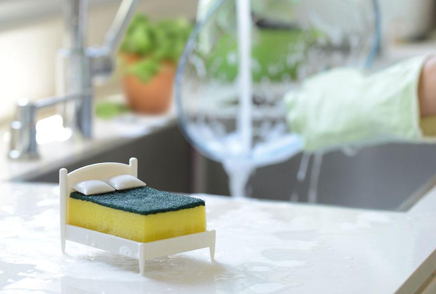 6. После того, как вся посуда сияет и светится чистотой, положите губку в ее постель и дайте немного отдохнуть. Она заслужила.