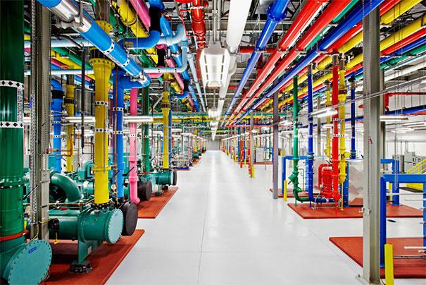 5. Сотни метров трубопровода центров обработки данных. Трубы красят в яркие цвета не только потому, что это весело. Каждый цвет что-то означает. Например ярко-розовая труда на фото отвечает за переброску воды из чиллеров до градирней.