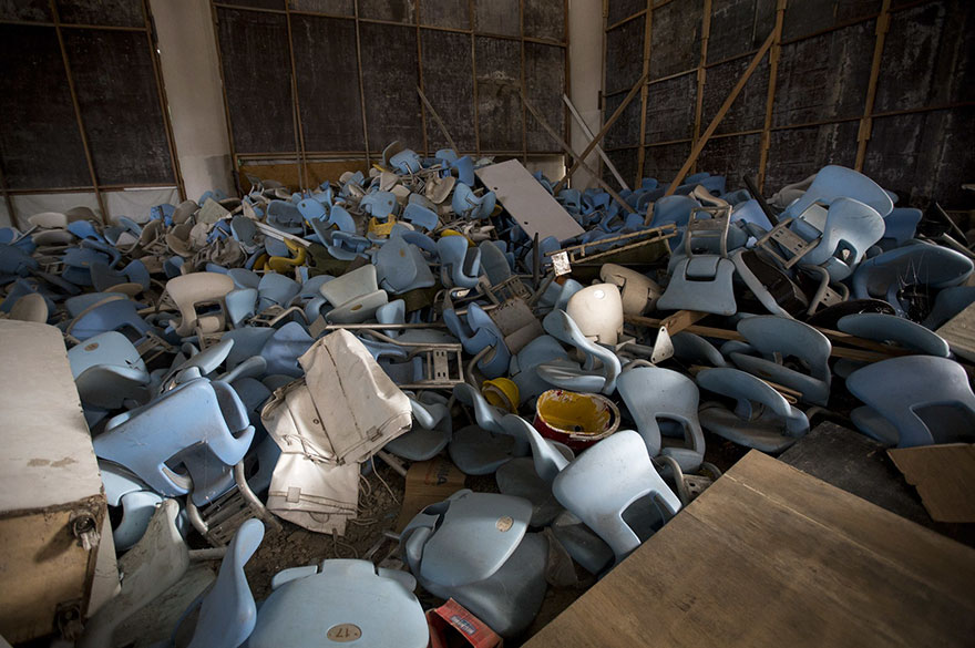 2. Город, который отчаянно надеялся избавиться от нищеты и задолженности путем проведения Олимпийских игр, оброс новыми руинами.