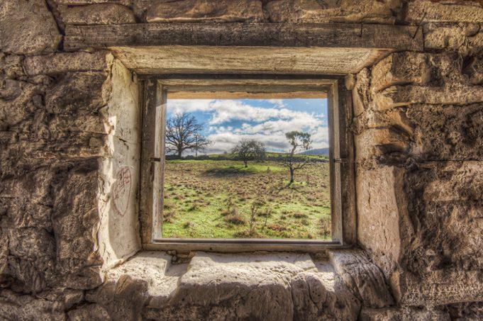 Фотограф фотографирует окна в заброшенных местах