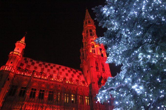 Знаменитые достопримечательностиво всем мире готовятся к предстоящим праздникам – Рождеству и Новому году. Вот как выглядят достопримечательности во время праздников.