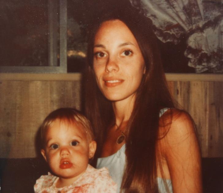 1. Маршелин Бертран - мать Анджелины Джоли.