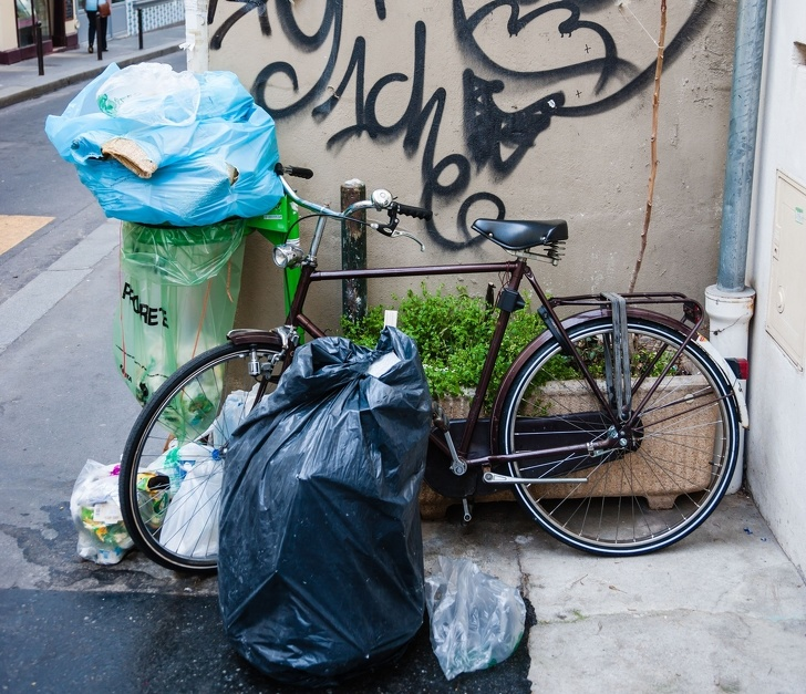 10. В Париже много мусора.