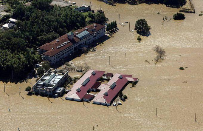 Тайфун Хагибис бьет по Японии, оставляя после себя хаос
