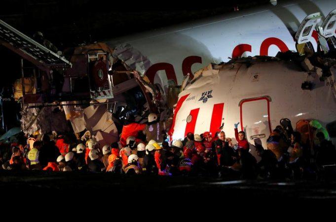 Самолет разбился совершив жесткую посадку в Стамбуле