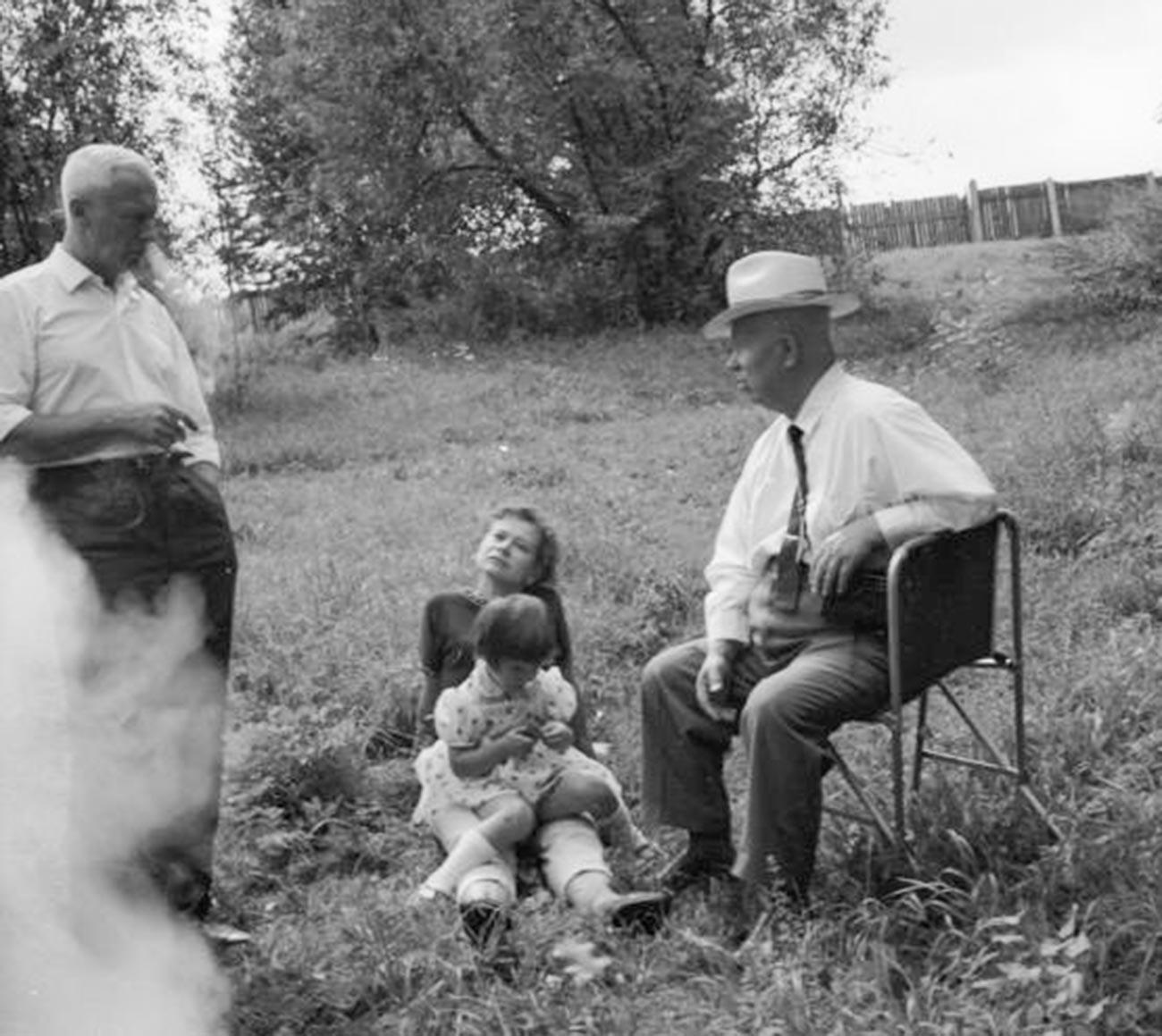 Никита Хрущев, Роман Кармен и неизвестная женщина с ребенком.