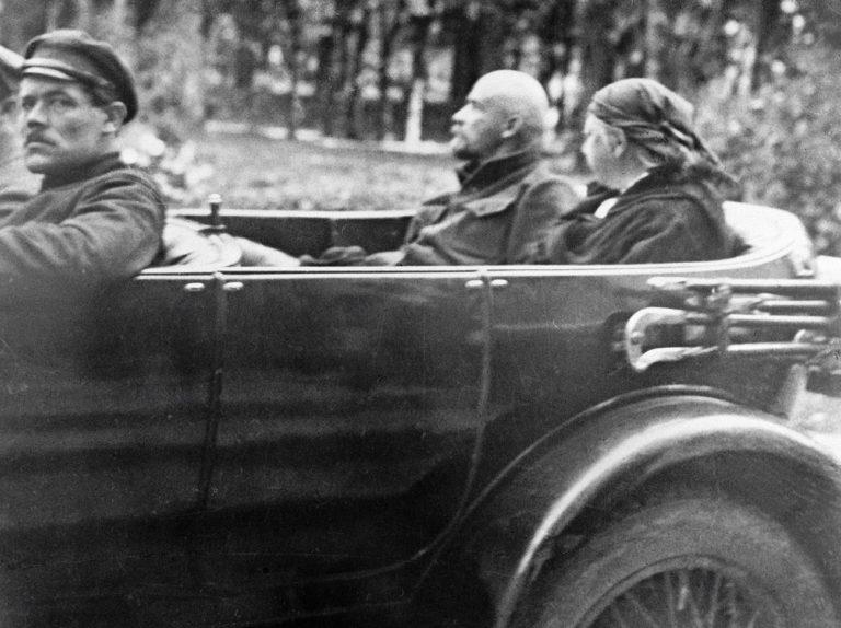 Ленин и его жена Надежда Крупская катаются в подмосковном имении Горки.