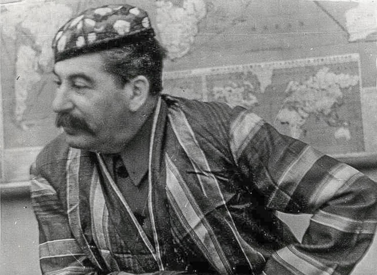 Иосиф Сталин в узбекской национальной одежде, 1930-е годы.