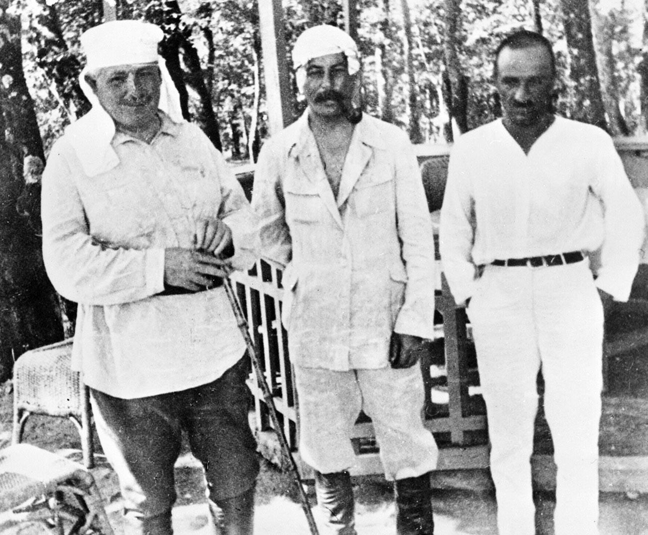 Сталин и Анастас Микоян (справа) отдыхают.