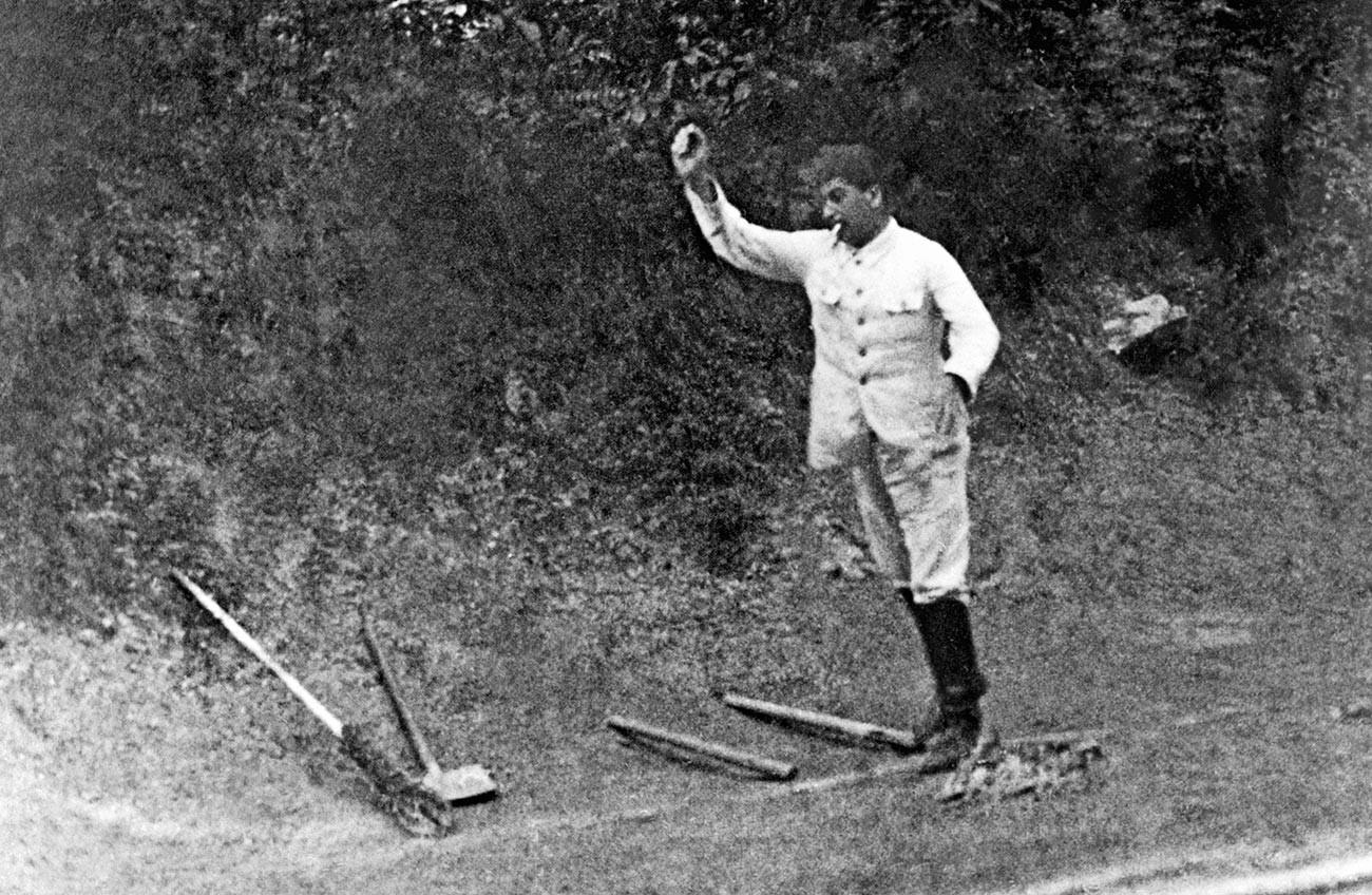 Сталин играет в русскую народную игру «Городки», начало 1920-х гг.