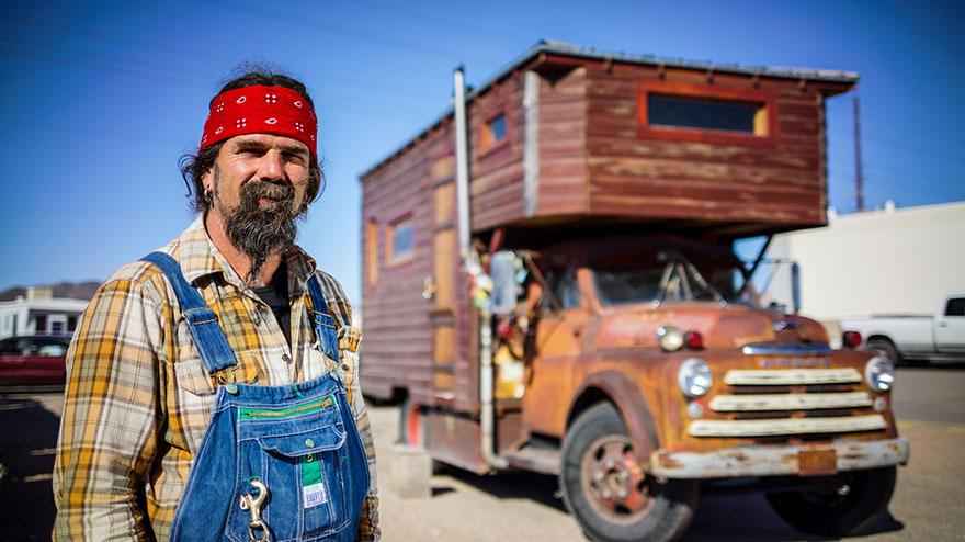 12. Джон давно тяготел к кочевому образу жизни. Именно поэтому он сделал дом из старой пожарной машины.