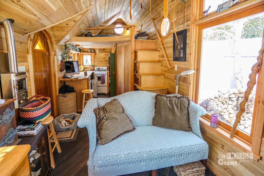 2. Внутри тесновато, но очень уютно. Есть удобный диван, термостат и компьютер. Что еще надо для комфортного проживания? Спальня находится на втором ярусе.
