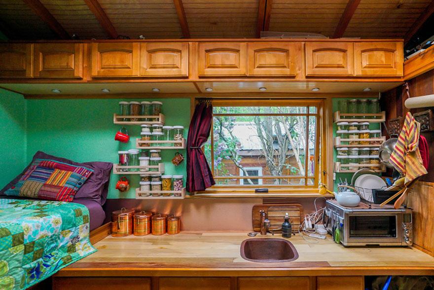 5. Спальня и кухня находятся в одной комнате. Вся мебель очень органично вписана в тесное пространство домика.
