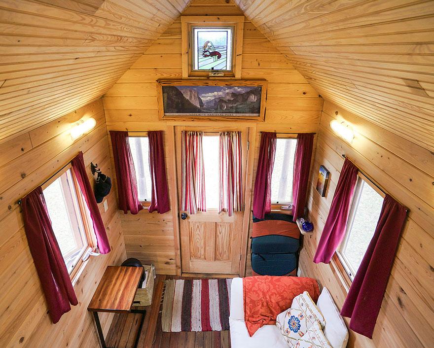 7. Внутри все компактно и уютно. Очень напоминает предбанник.