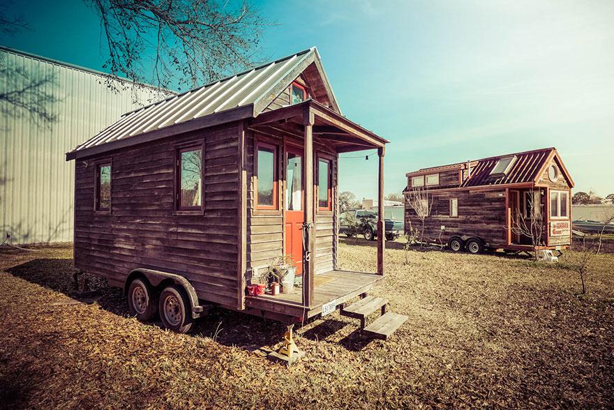 8. Хозяин дома изначально хотел поставить его на винтовые сваи (http://svaisouz.ru/vintovye-svai/svai-dlya-zaborov), но после решил сделать передвижной дом на колесах. Теперь можно переезжать с места на место.
