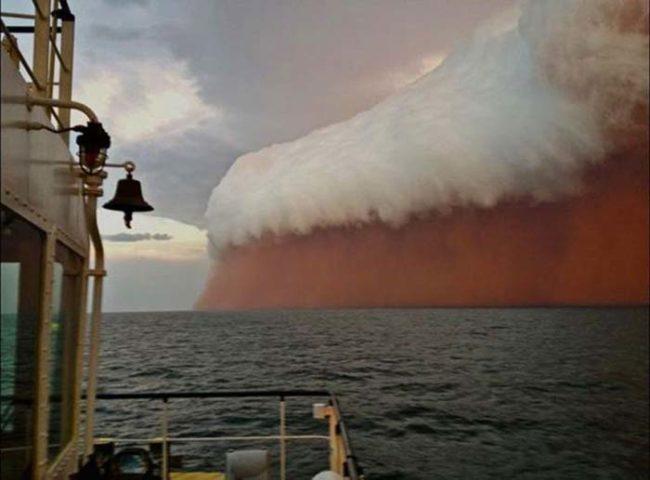 6. Знаете, что это? Это гигантская песчаная буря над океаном в Австралии. Экипажу судна не позавидуешь.