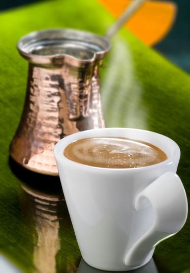 8. Турецкая пословица гласит, что «кофе должен быть черным как ад, сильным как смерть и сладким как любовь». Идеальный турецкий кофе – это мелко смолотые зерна, сваренные в турке (или джезве) вместе с сахаром. Разливается напиток по маленьким чашечкам.