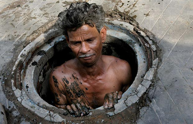 1. Ramesh Sahu работает в санитарном отделе Калькутты (город в дельте Ганга на востоке Индии, столица штата Западная Бенгалия), вычищаю городскую канализацию. За очистку городской канализации часто берутся подрядные организации, нанимая безработных.