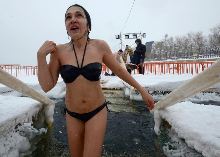 Девушки купаются в воде фото