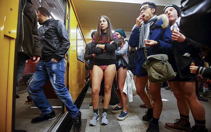 1. По всему миру сотни пассажиров путешествовали на поездах метро без штанов и юбок.