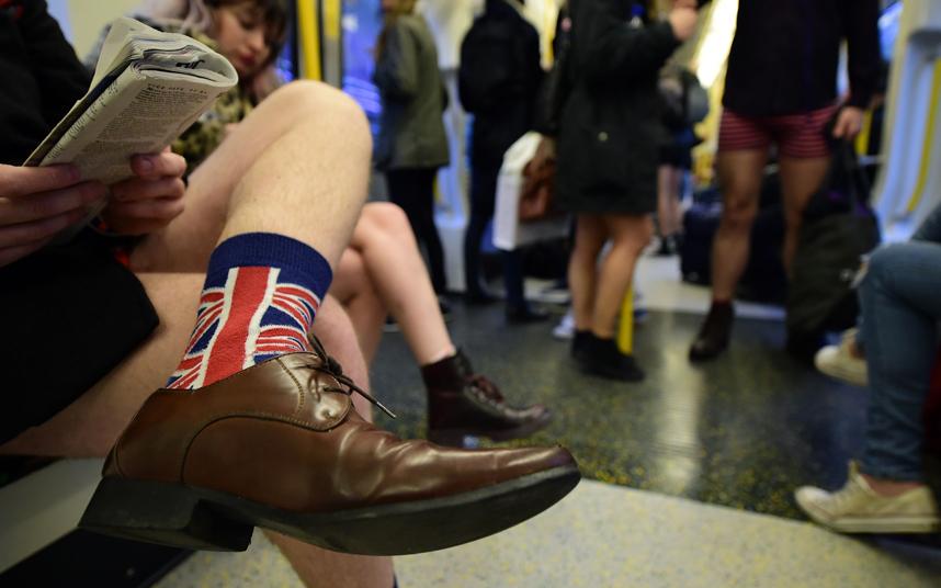 14. Участник акции в лондонском метро.