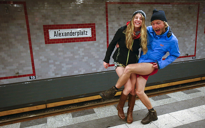 2. Парочка позирует перед фотографом. Берлин.