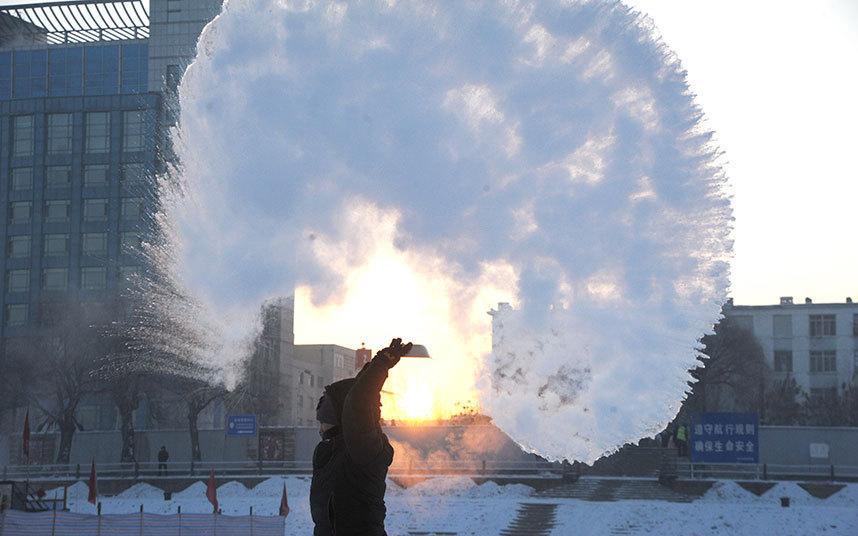 1. Китай. Жители Харбина развлекаются, разбрызгивая горячую воду на морозе. В конце января в Харбине температура опускалась до -30 градусов Цельсия.