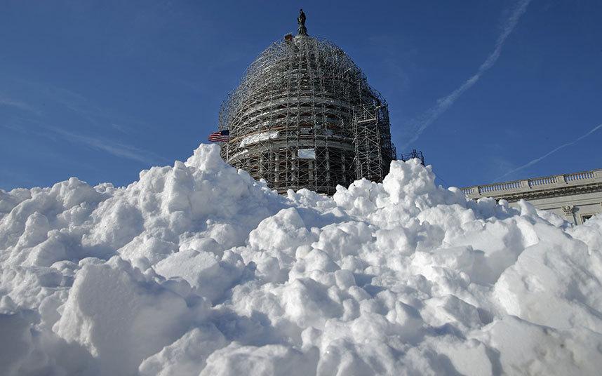 19. Куча снега на площади возле Капитолия в Вашингтоне.