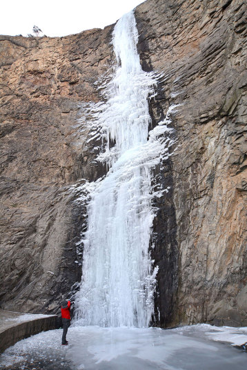 2. Китай. Турист фотографирует замерзший водопад в городе Жичжао, провинция Шаньдун на восток Китая.
