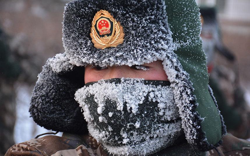 5. И снова Китай. Солдат пограничник на учениях в Хулун Буир на границе с Монголией. Температура упала до -47 градусов Цельсия.
