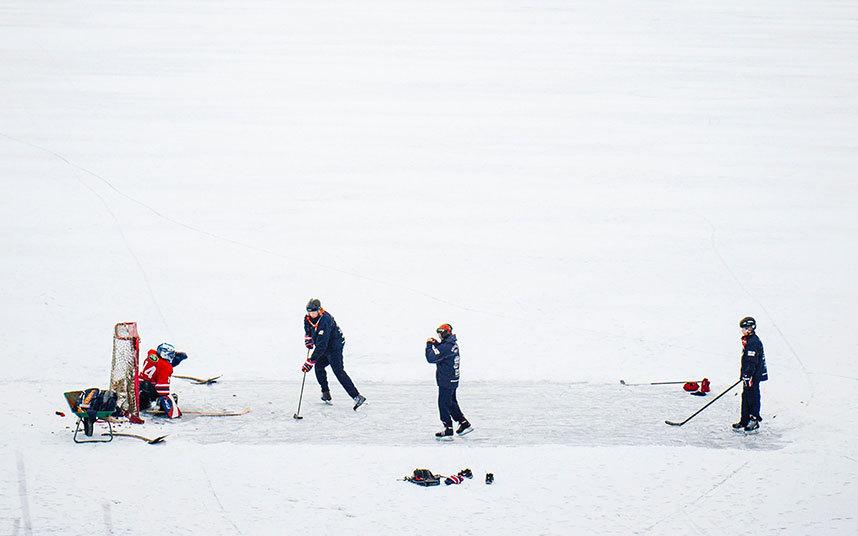 9. И не только в России. На фото шведские дети играют в хоккей на замерзших водах Балтийского моря.