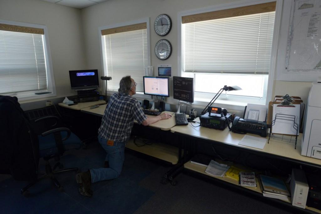 30. Метеоролог Рич Ломир проверяет данные со станции Национальной погодной службы.