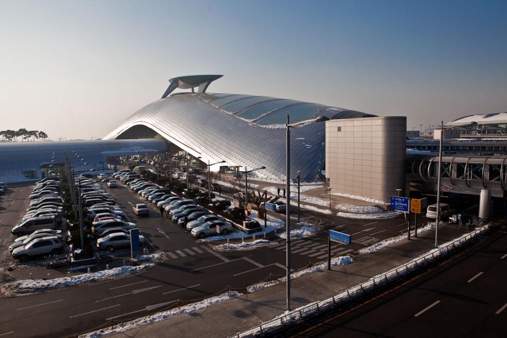 4. Международный аэропорт Инчхон в Южной Корее прежде всего является удивительным архитектурным объектом. Казалось бы, такие простые вещи как алюминиевые конструкции (http://alu-ma.ru/) и стальные листы превратились в это чудо. Аэропорт предоставляет большие возможности для отдыха во время ожидания своего рейса. Это и зеленые сады, и бесплатные душевые кабины, а также спа-салоны.