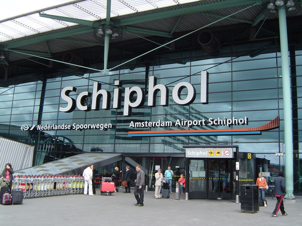 9. Амстердамский аэропорт Схипхол. К вашим услугам бары, вкусная кухня и цветочным магазин «Дом тюльпана», а также библиотека и филиал национального музея Голландии.