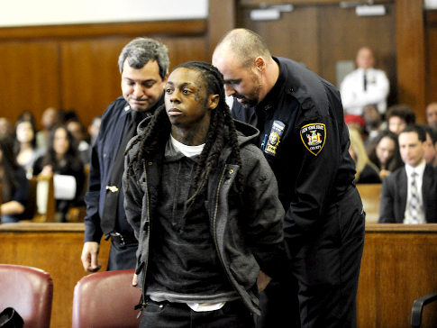 10. Рэпер Лил Вейн был приговорен к пяти месяцам тюрьмы за хранение марихуаны и оружия в своем гастрольном автобусе.