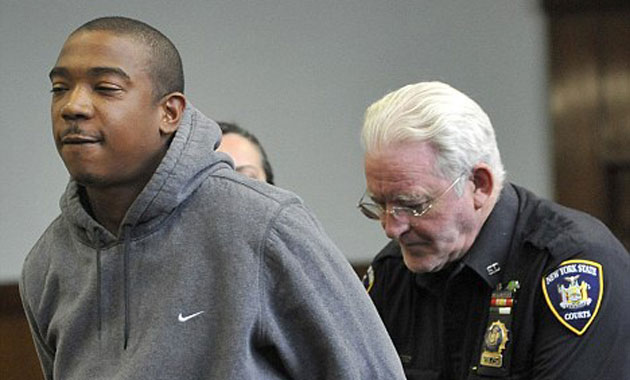 18. Рэпер Ja Rule был приговорен к двум годам и четырем месяцам за хранение оружия и уклонение от уплаты налогов.