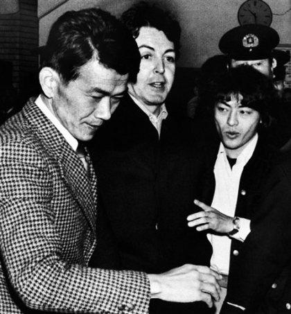 8. Пол Маккартни. Печальную славу солист легендарных Битлз получил после того, как был пойман с марихуаной в аэропорту Токио. Пол отсидел 10 дней.