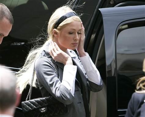 9. Пэрис Хилтон провела три дня в тюрьме за нарушение испытательного срока, который она получила за превышение скорости и вождение без прав.