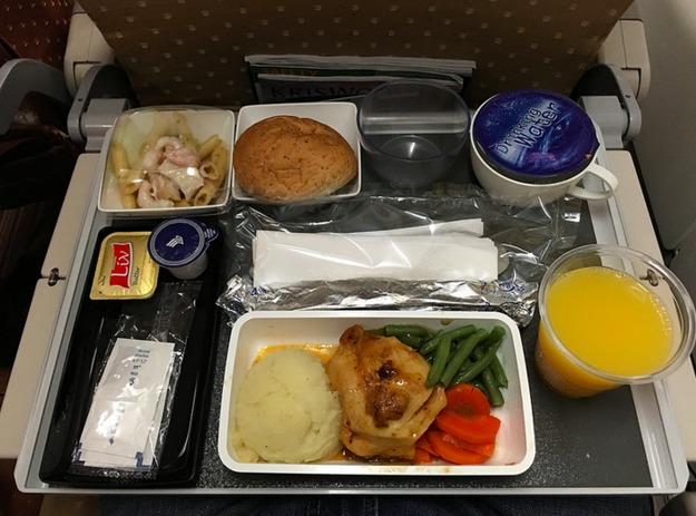 1. Singapore Airlines - ужин в эконом-классе (курица и картофельное пюре).