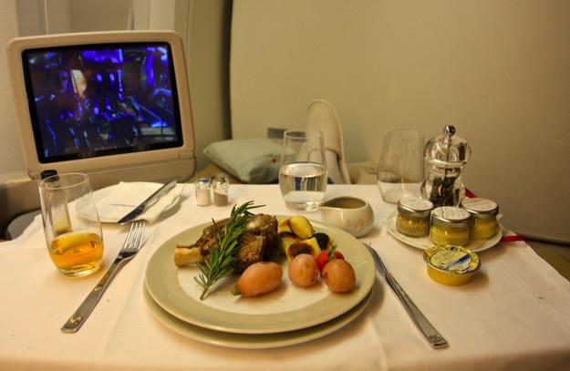 10. Air France - ужин в первом классе.