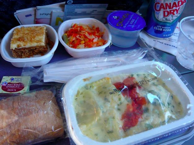11. American Airlines - ужин в эконом-классе.