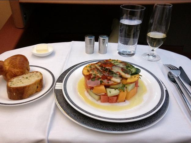 2. Singapore Airlines - ужин в первом классе (утка, фруктовый салат).