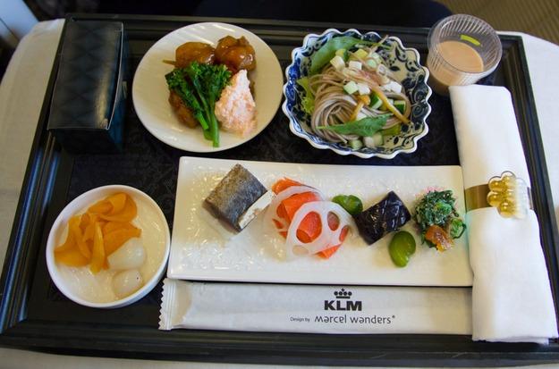20. KLM - ужин в бизнес-классе.