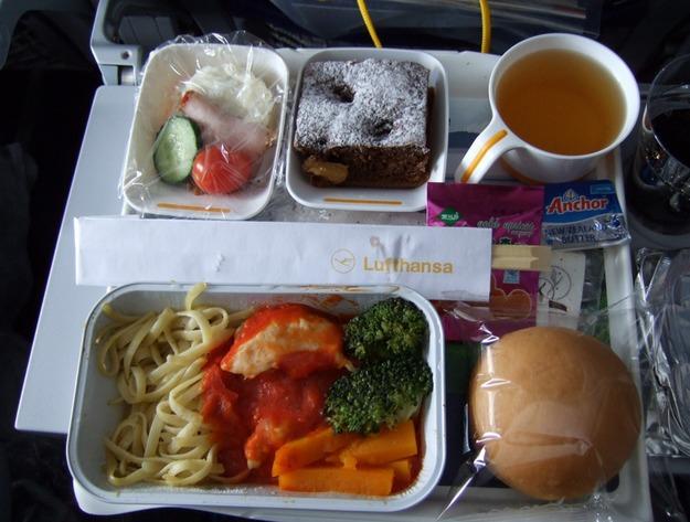 21. Lufthansa - ужин в эконом-классе.