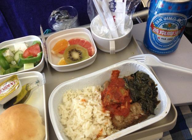 23. Air China - ужин в эконом-классе. Рис и пиво.